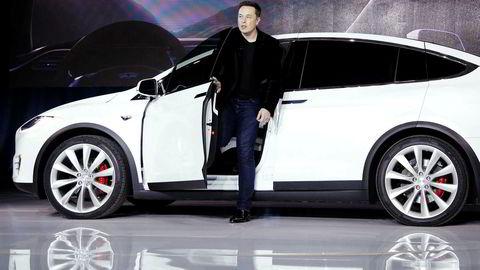 Tesla Norge øker årsresultatet fra 2017 til 2018. Her er mannen bak elbilen, Elon Musk, på vei ut av Model X-bil.