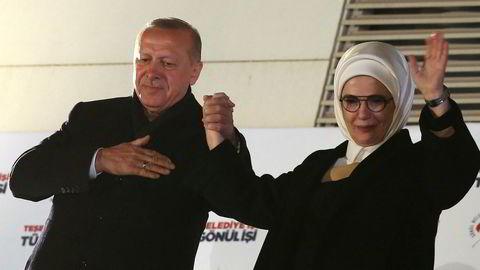 Recep Tayyip Erdogan erklærer seier for hans moderate islamistiske parti AKP i lokalvalget i Tyrkia. Her hilser han supportere sammen med sin kone Emine.