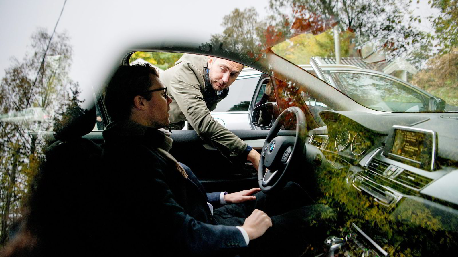 BMWs Marius Tegneby hjelper Mercedes-representant Audun Hermansen til rette bak BMW- rattet. Er det sportsknappen han viser frem? Tegneby savnet en slik knapp da han testet Hermansens Mercedes. Begge foto: Mikaela Berg