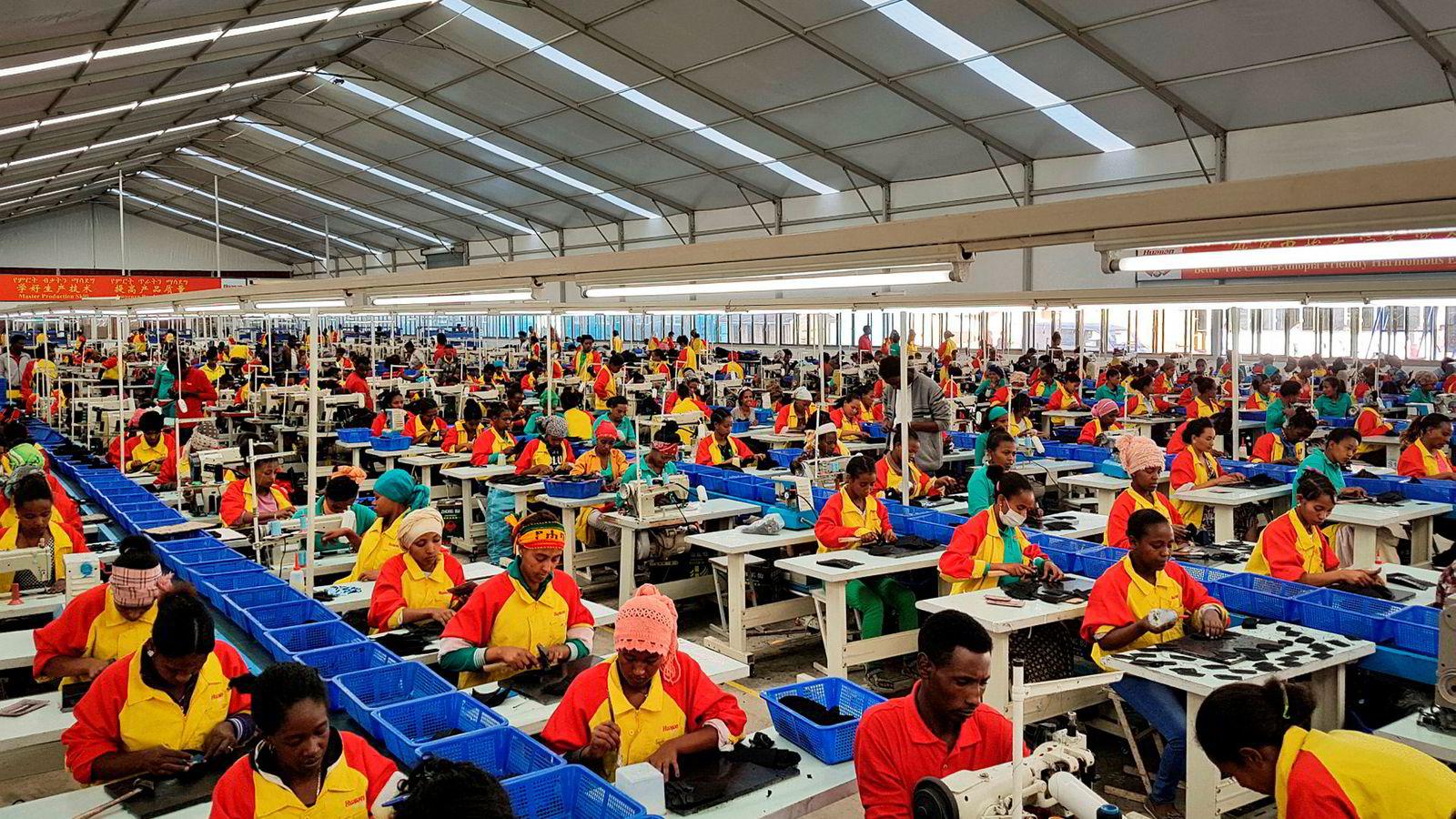 Kina har gitt store lån til afrikanske land, men avviser at dette er en ny-kolonisering eller gjeldsfeller. Det kinesiske selskapet Huajian produserer sko for det vestlige markedet ved Lebu Industrial utenfor Addis Abeba i Etiopia.