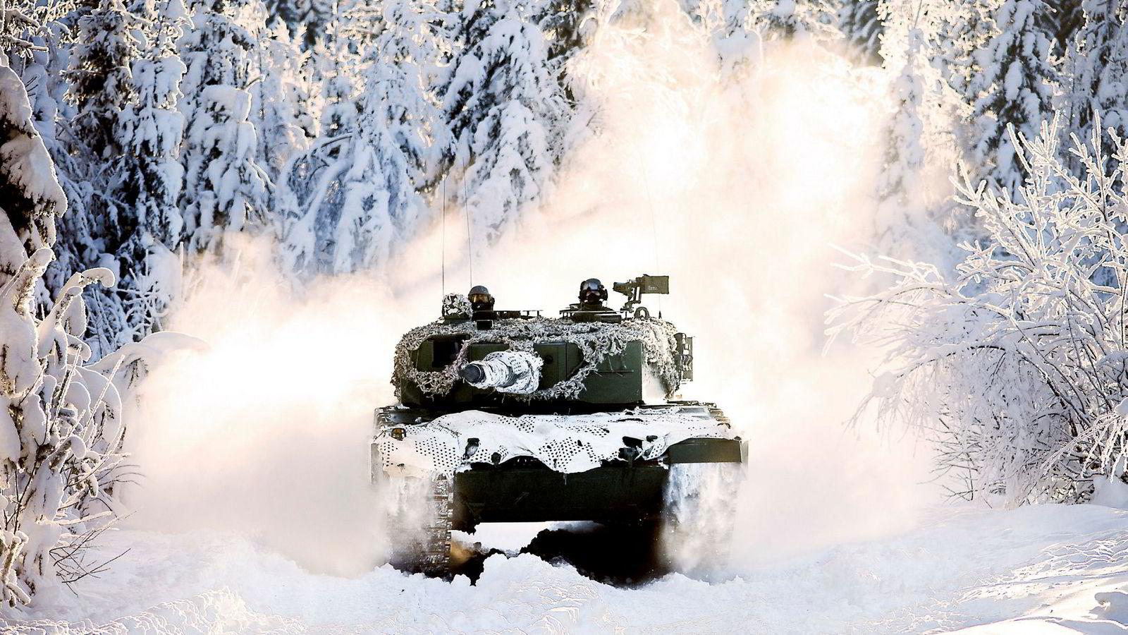 Stortingets kompromisser rett før jul om blant annet stridvogner, her illustrert ved en Leopard 2 A2 på øvingsfeltetet på Rena, brakte den økonomiske underdekningen til Forsvaret opp i en snau milliard kroner. Dermed er Forsvaret tilbake der det var ved regjeringsskiftet i 2013, skriver Sverre Diesen.