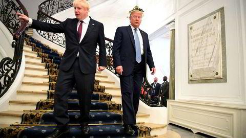 Storbritannias statsminister Boris Johnson (tv) og USAs president Donald Trump under G7-møtet i Biarritz i Frankrike.
