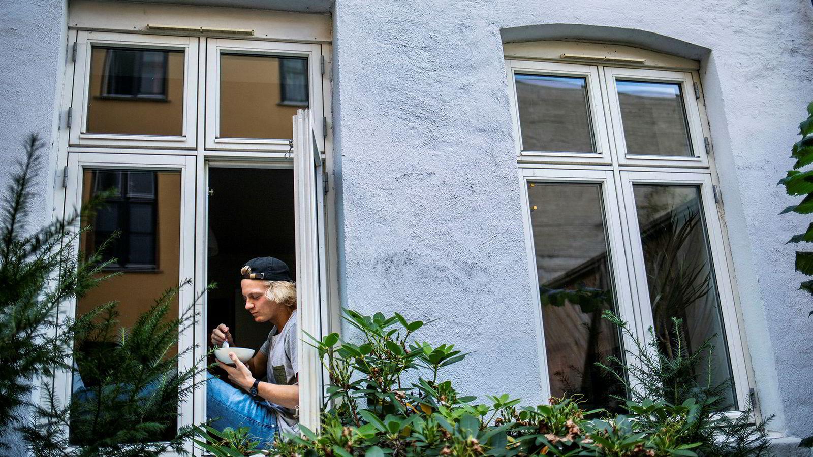 Henrik Hayes (21) fikk lånetilbud fra banken sin ved nyttår, men kjøpte sin første bolig i august i år. Siden han fikk lånetilbud fra banken, har styringsrenten blir hevet tre ganger.