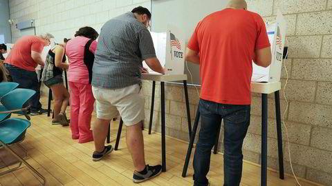 Flere millioner amerikanere er fratatt stemmeretten. Her stemmer folk i mellomvalget søndag i Lake View Terrace ved Los Angeles i California 4, 2018.