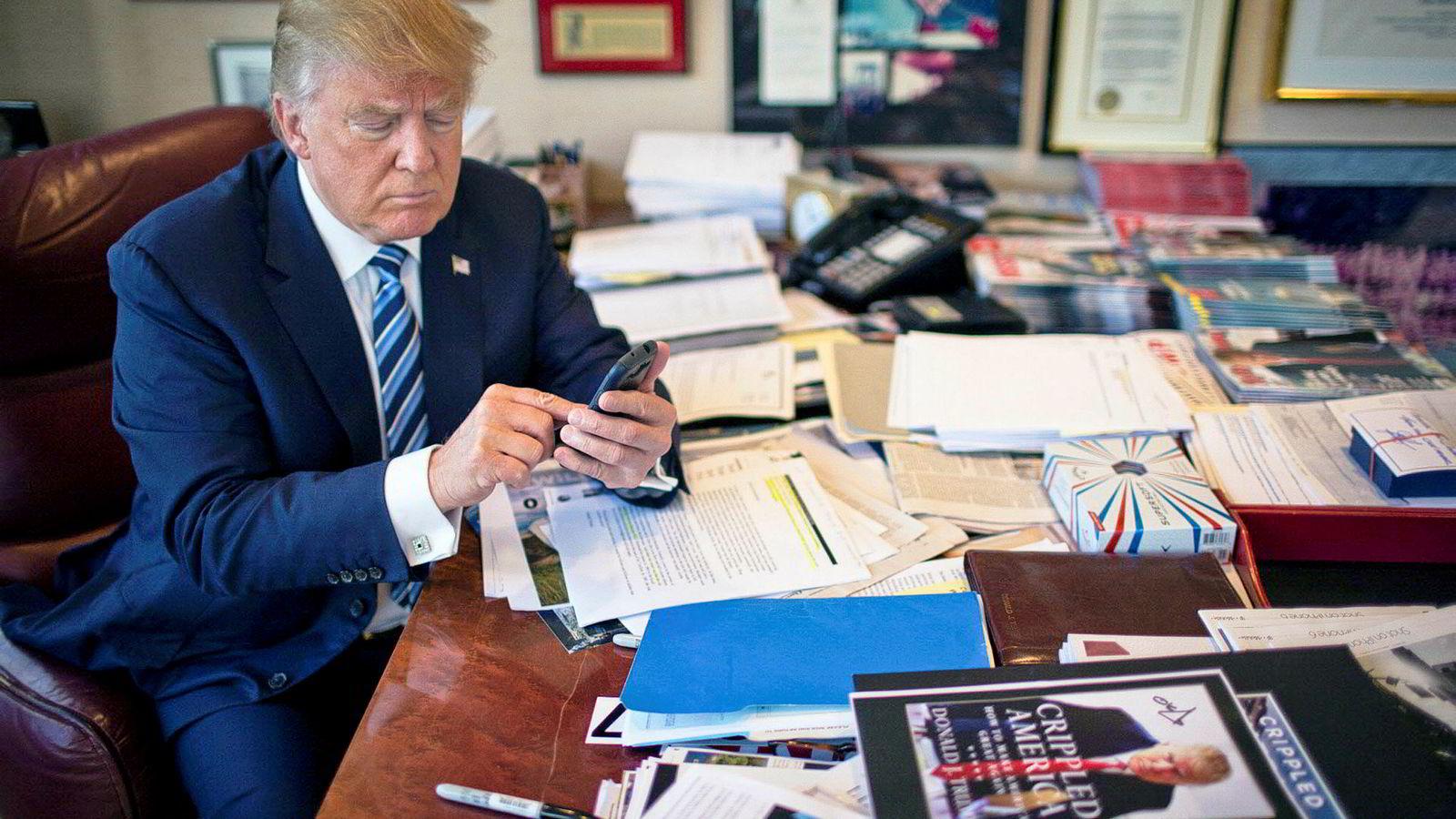 Donald Trump er hissig på Twitter. Her fra kontoret i Trump Tower i New York høsten 2015.