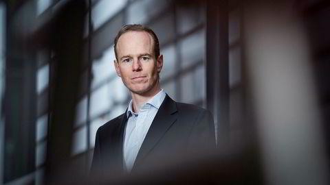 Aksjestrateg i DNB Markets Paul Harper fyrer av nyttårsrakettene.