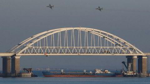 Russland har brukt rundt 35 milliarder kroner på å i rekordfart bygge Kertsjbroen som forbinder Russland og den annekterte Krimhalvøyen. Søndag blokkerte Russland den eneste adkomsten gjennom Kertsjstredet til Azovhavet, ved å parkere et tankskip under broen, mens jagerfly patruljerte luftrommet.