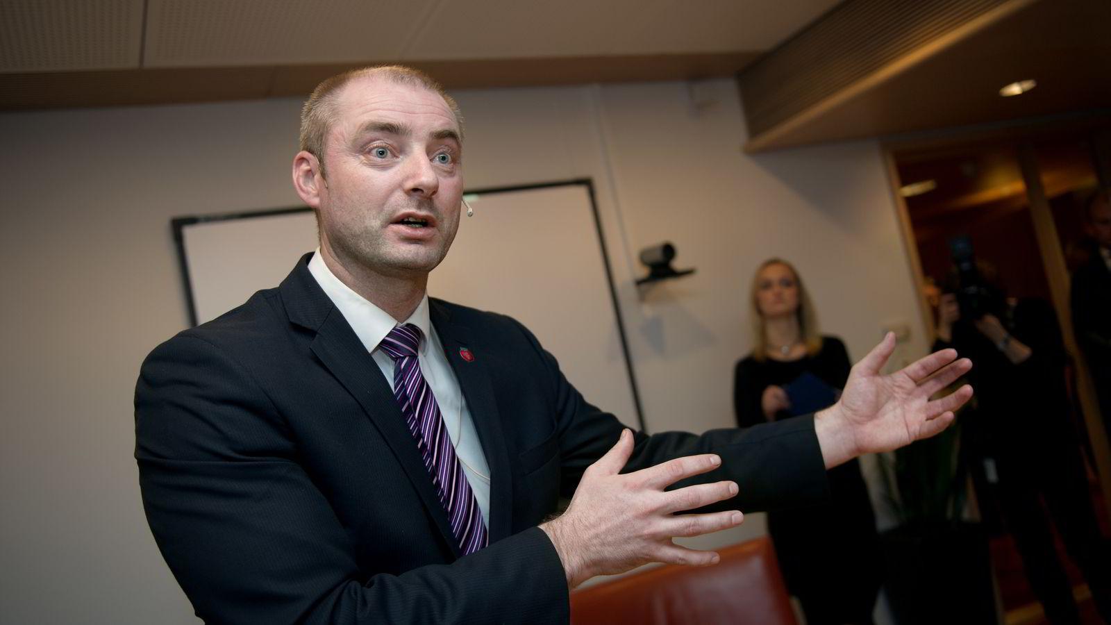 FORSLAG. Arbeids- og sosialminister Robert Eriksson (FrP) la frem forslag om endringer i arbeidsmiljøloven i Regjeringskvartalet i Oslo.