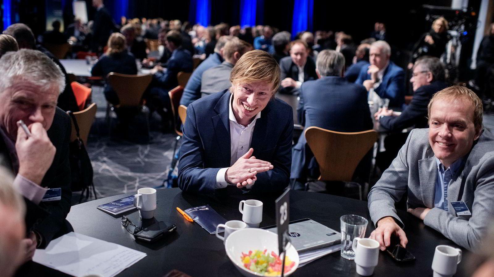 Markedsdirektør Knut Stefanussen i Axess sitter omgitt av øvrige deltagere på Offshore-strategikonferansen i Stavanger. Til venstre, fagsjef Knut Høiland ved Rosenberg Verft og til høyre Hans Petter Bøe Rebo, fagsjef i Norsk Industri.