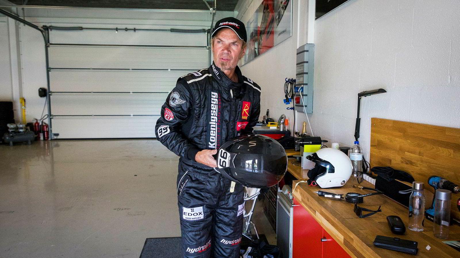 Bård Eker gjør seg klar til å kjøre på banen i sin garasje på Rudskogen Motorsenter.