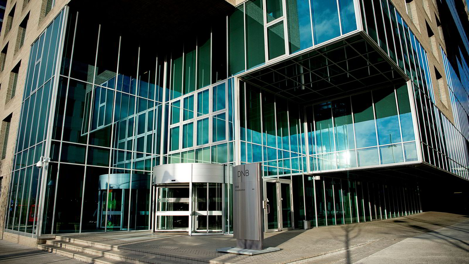 Den viktigste bidragsyteren til periodens reduksjon av rundt 2000 årsverk er fusjonen av DNBs baltiske virksomhet med Nordeas tilsvarende virksomhet. Her DNB-bygget i Bjørvika i Oslo.