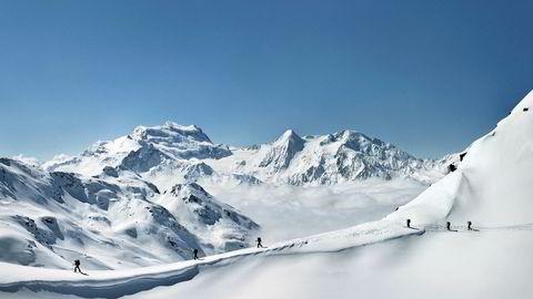 Europas hjerte. – Jeg har gått mange skikkelige turer i Norge, men Sveits er annerledes. Alpene er snøsikkert og velegnet til å legge opp til flerdagerstur. En glad amatør må prøve å strekke strikken. Jeg er ingen verdensmester hverken i opp- eller nedoverbakker, men dette området treffer midt i hjertet mitt, forteller Bjørn Lytskjold. Her fra Col de Cleuson, med fjellet Grand Combin i bakgrunnen.