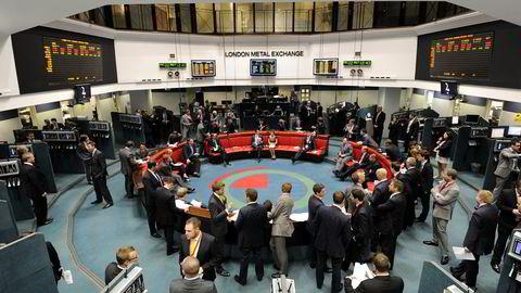 22. juli 2011: Megleringen ved London Metal Exchange. Børsen har valgt å beholde meglerringen fremfor med moderne, digitale handelsplattformer. Foto: REUTERS/Paul Hackett