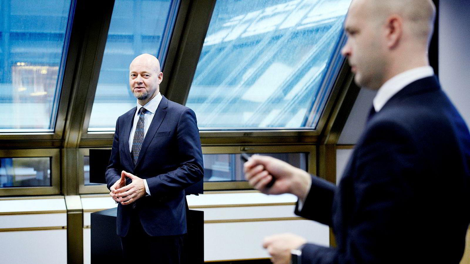 Oljefond-sjef Yngve Slyngstad og investeringsdirektør Ole Christian Bech-Moen (høyre) forklarer tirsdag mer om hvorfor fondet foreslår å selge seg ut av oljeaksjer. Foto: