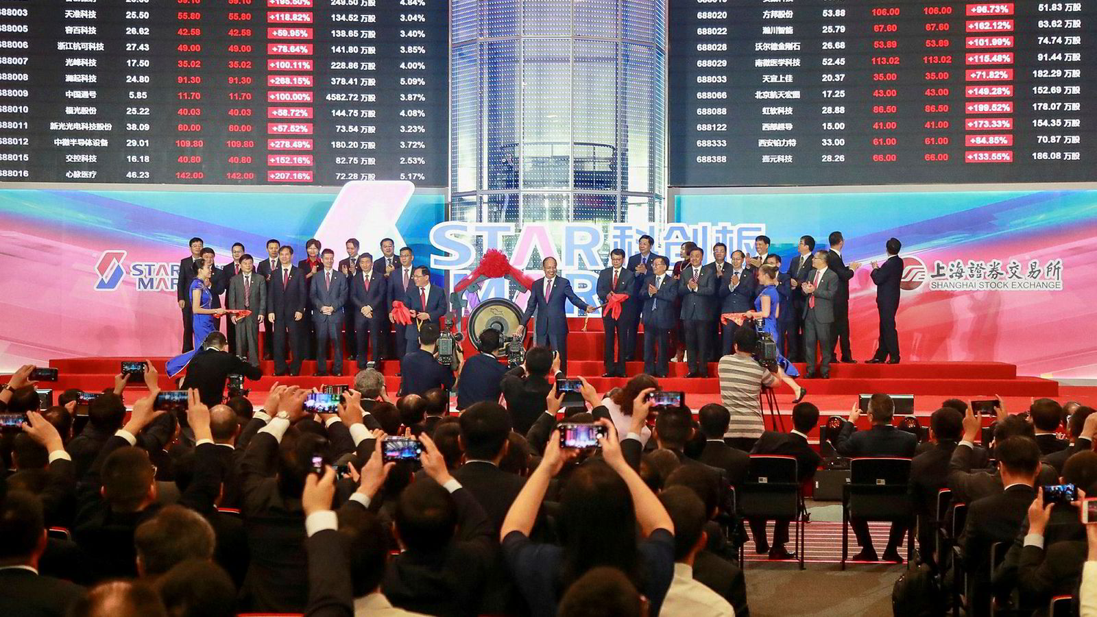 Folk tar bilder under åpningsseremonien av Shanghai Stock Exchange sin nye markedpslass Star Market.