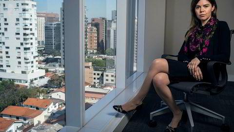 Miljørettsadvokat Caroline Dihl Prolo i São Paulo gir ofte råd til utenlandske selskaper som skal investere i Brasil. – Det er ikke lett å forklare de brasilianske miljøreglene. Regelverket er veldig stort og strengt. Samtidig er det stor avstand mellom reglene og hva vi ser blir slått ned på, ofte fordi byråkratiet er langsomt og ineffektivt, sier hun.