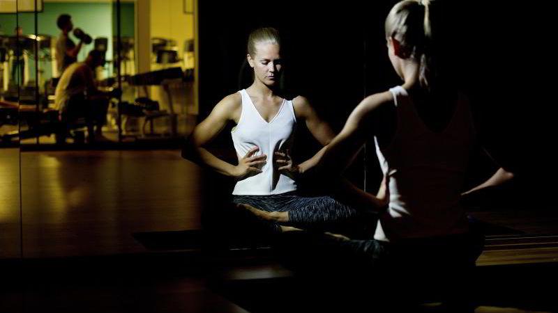 BEDRE PUST: Personlig trener Hedvig Bang viser avspennings- og pusteøvelser for å bli kvitt smerter og stress.
