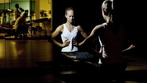 BEDRE PUST: Personlig trener Hedvig Bang viser avspennings- og pusteøvelser for å bli kvitt smerter og stress. Foto: Mikaela Berg
