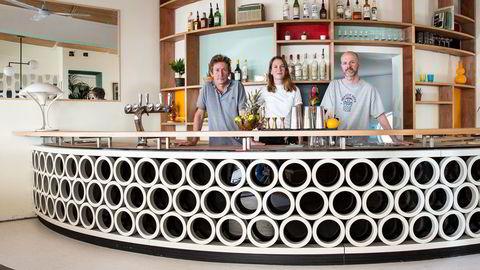 """Interiøret på den nyåpnede baren Bruun-Larsen beskrives som """"mid century modernistisk motell"""", inspirert av barens byggeår, 1939, sier medeierne Erik Bruun, Anna Thoresen og Bjørn Inge Larsen"""