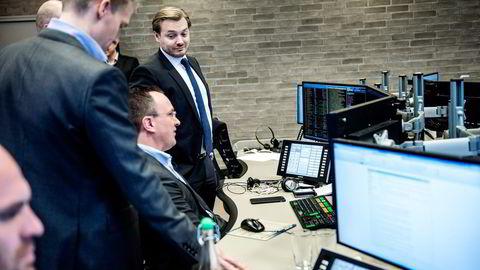 Analytiker Nicolai Dyvik sendte ut en kjøpsanbefaling på BW LPG torsdag formiddag. Her flankert av analytiker Helge Andre Martinsen (til venstre) og aksjesjef Alexander Opstad.  Foto: Fartein Rudjord