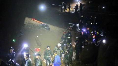 I løpet av de åtte dager grottedramaet pågikk, publiserte vi 105 saker innen kategorien utenriks på Nrk.no. Flertallet av disse sakene handlet om andre forhold rundt om i verden enn nyhetshendelsen i Thailand, skriver innleggsforfatteren. Her blir guttene reddet ut av grotten. Foto: Royal Thai Navy/AFP/NTB Scanpix