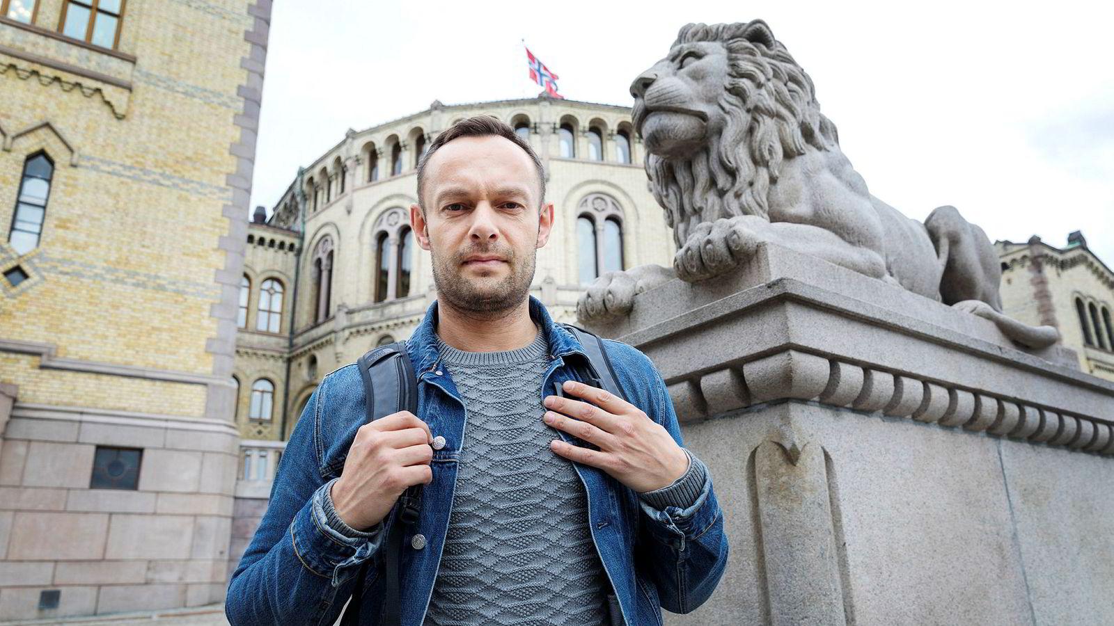 Per Sandberg går av, men SV-topp Torgeir Knag Fylkesnes har flere spørsmål til statsminister Erna Solberg om saken.