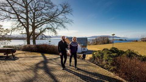 22-årige Dennis Foose (til høyre) tar nå sitt andre år på Sunnhordland folkehøgskule. Han sier oppholdet har gitt ham studiegnisten tilbake og absolutt ikke kan kalles noe koseår. Lærer Markus Lange tror mange undervurderer utbyttet folkehøyskolene kan gi. Foto: Haakon Nordvik