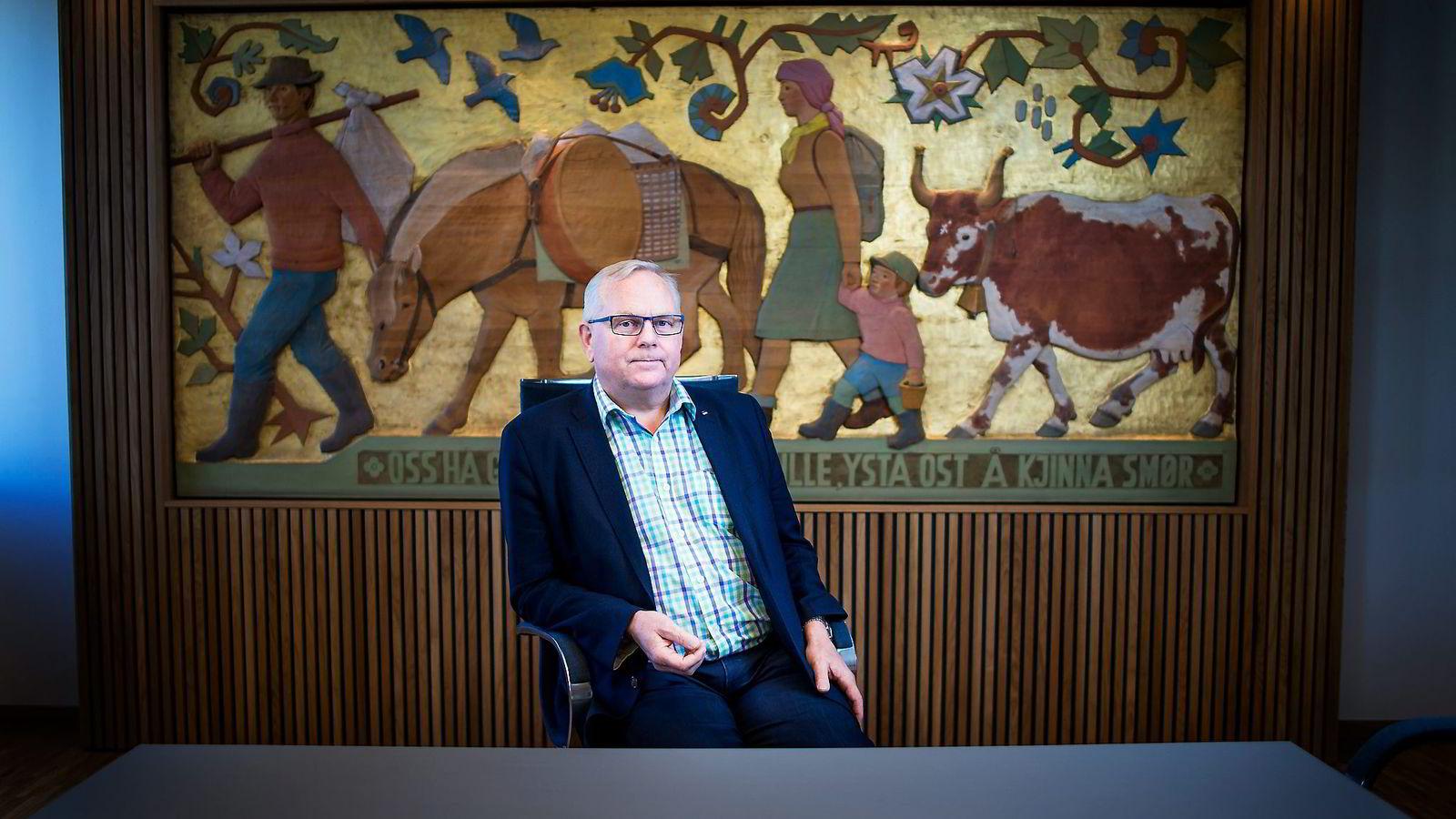 Tines styreleder Trond Reierstad mener ikke at Tine-merkevaren blir utvannet nå som 10.000 tonn Jarlsberg-ost skal ystes på irsk melk. Foto: Luca Kleve-Ruud