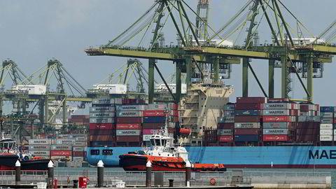 Det er roligere enn til vanlig ved containerhavnen i Singapore. Eksporten har falt kraftig og nye statistikker viser en nedgang på åtte prosent for industriproduksjonen.