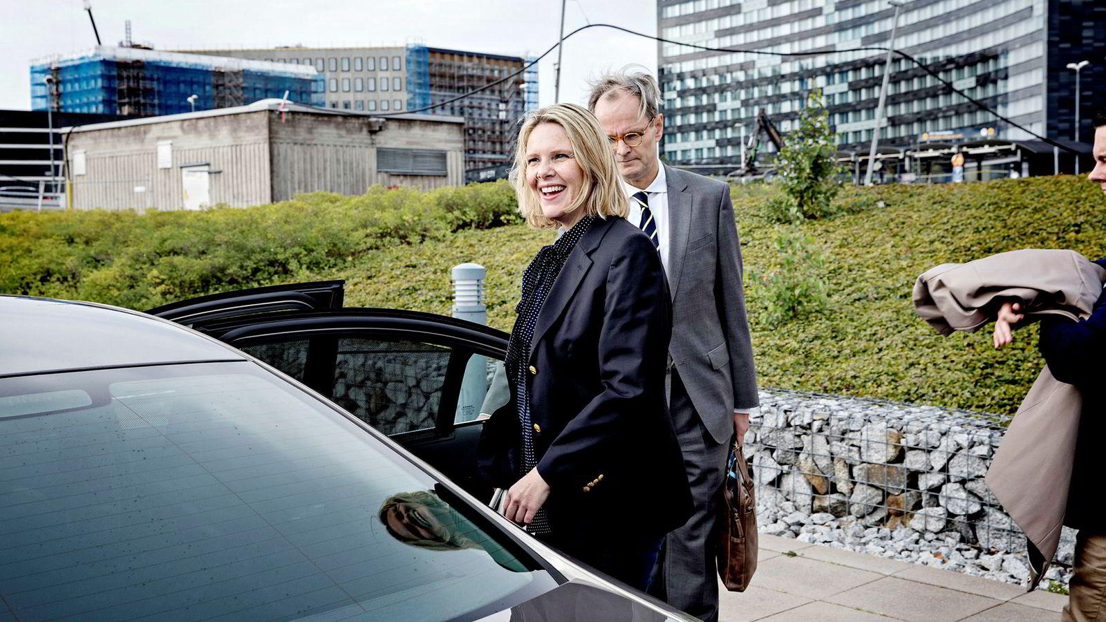 Ifølge DNs kilder skal partileder Siv Jensen ha bestemt seg for at den beste løsningen er å la Sylvi Listhaug ta over hele justisdepartementet. Bak henne på bildet er ambassadør Christian Syse.