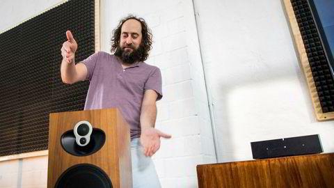Produktmarkedssjef Michael Papish i Sonos viste Sonos Amp (til høyre) på IFA i Berlin. Med den kan man gjøre alle kablede høyttalere trådløse, men også styre smarthuskomponenter.