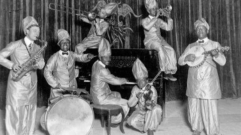 Boken «Charleston i Grukkedalen» forteller om afrikansk-amerikanske artister på norske scener. Her et jazzband fra 1920  ledet av Victor Joyner.