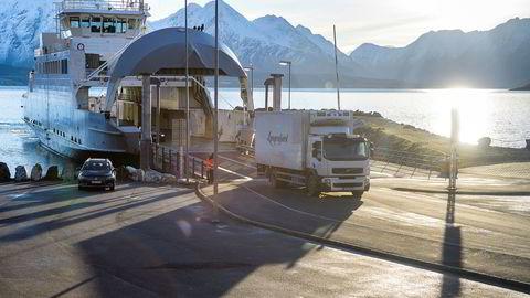 Lyngen Reker sender reker med bil og ferge til flyplassen i Tromsø, og håper politikerne bevilger penger til fergefri forbindelse over Ullsfjorden.