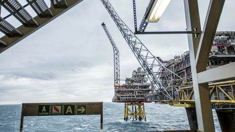 Oljeprisen har falt fra en årstopp nær 75 dollar fatet til under 60 dollar fatet på få måneder. Her fra Oseberg-feltet i Nordsjøen.