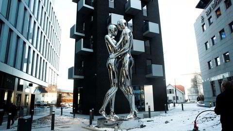Statuen «In every lifetime I will find you» på åtte meter er ett av blikkfangene ved Orklas nye kontor.