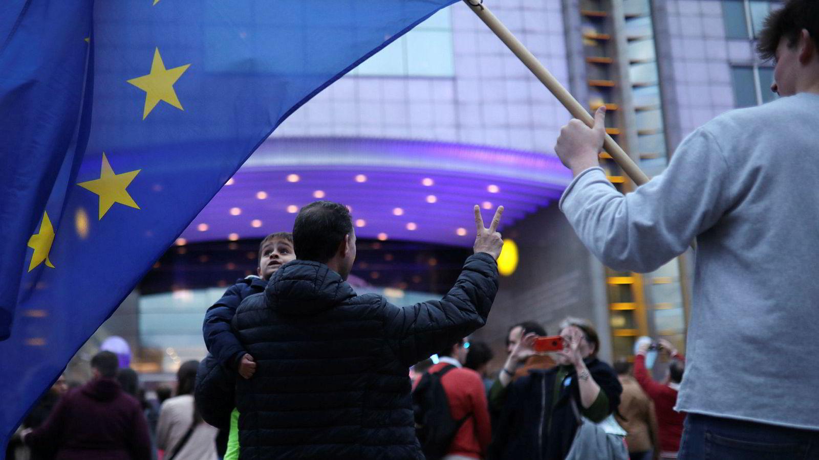 Valget til nytt EU-parlament har gitt mange og store endringer. Mange folk samlet seg utenfor Europaparlamentet i Brussel på valgdagen søndag.