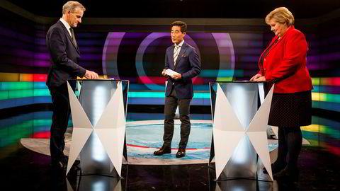 NRK gjør flere endringer i den tradisjonelle partilederdebatten. På bildet er Erna Solberg og Jonas Gahr Støre (tv) på Debatten på NRK sammen med programleder Fredrik Solvang.