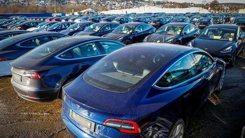 Tesla har startet med utleveringer til kunder fra Norges Varemesse på Lillestrøm. I forrige uke sto det nesten 200 Tesla klare til utlevering her.