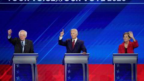 Fra venstre senator Bernie Sanders, Tidligere visepresident Joe Biden (fra venstre), senator Elizabeth Warren under kveldens debatt blant de ti demokratiske presidentkandidatene i Houston