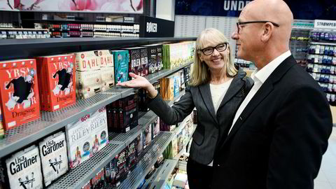 Tanum-sjef Karin Mundal utvider med bøker i 700 Coop-butikker. Konsernsjef Geir Inge Stokke i Coop Norge viser rundt i bokhyllene i en ny Obs-butikk på Haugenstua i Oslo.