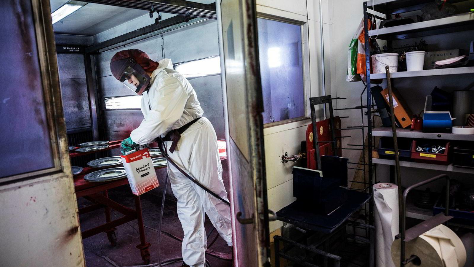 Øivind Snippstad i gasellebedriften Mustad Autoline lakkerer roterende deler i rødt på deres maskiner.