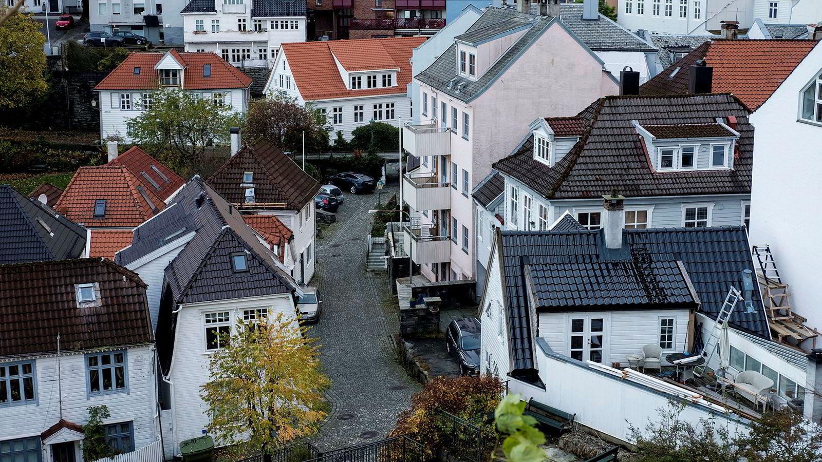 Samfunnsøkonomisk Analyse venter at boligprisene ikke vil holde tritt med den øvrige prisstigningen frem mot 2021. Bildet er fra Bergen.