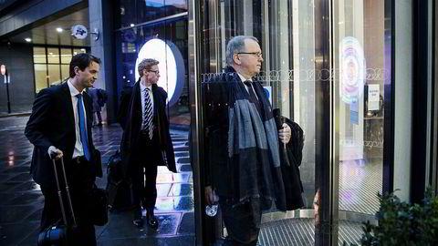 Konsernsjef Eldar Sætre i Statoil på vei inn til pressekonferansen og kapitalmarkedsdagen i sentrum av London tirsdag. Her har han følge av informasjonsrådgiver Per Arne Solend og informasjonsdirektør Bård Glad Pedersen (til venstre).