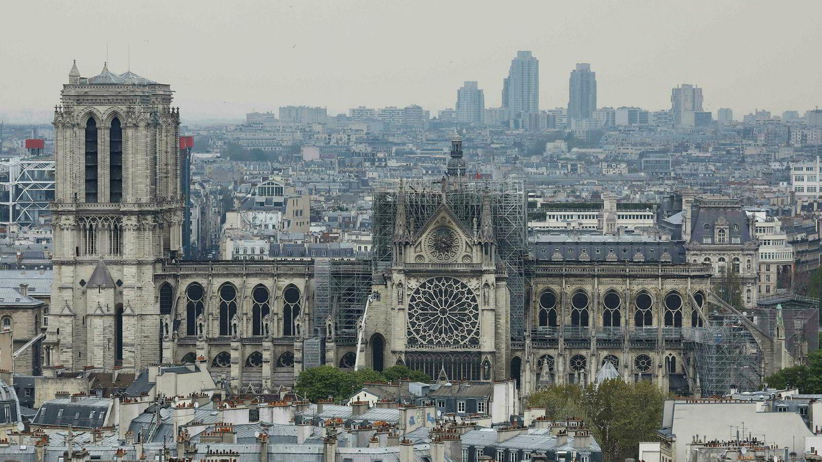 Slik ser Notre-Dame i Paris ut dagen etter det ødeleggende brannen.