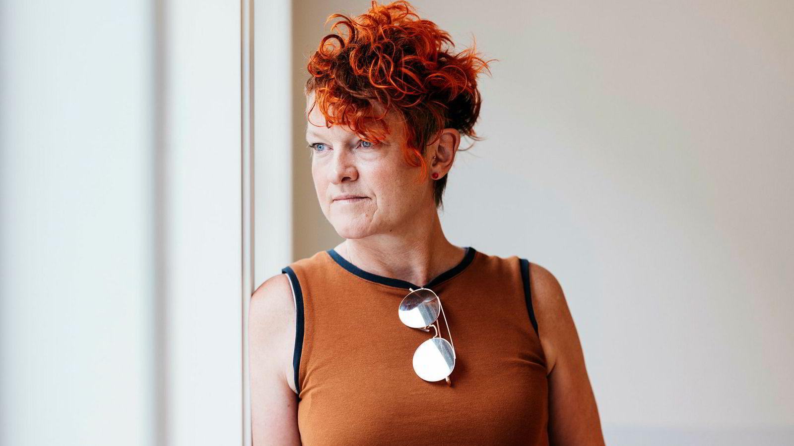 Grethe Sivertsen, daglig leder i Kinkeliane sier det er for dyrt for en liten produsent å gå til sak. I butikken Små Spor i Stavanger selges den omdiskuterte stolen.