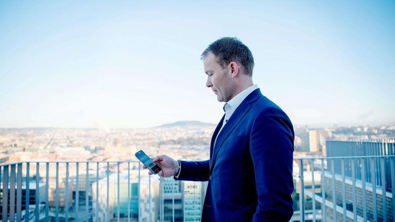 Kommunikasjonsdirektør Thomas Midteide i DNB ser frem til å chatte mer på jobben. I januar flytter alle 10.000 ansatte i DNB over på Facebook at Work.