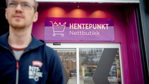 Stian Mørck, avdelingsleder for netthandel på Meny på Bryn i Oslo, ved hentepunktet der kundene kommer og plukker opp varene de har bestilt på nett.