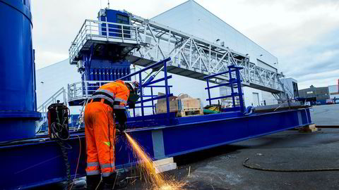 Thomas Grønningen er produksjonsarbeider hos Uptime på Karmøy, et av innovasjonseksemplene Norsk olje og gass peker på. Selskapet lager avanserte gangbroer som gjør det mulig å entre havvindmøller fra båt selv i grov sjø.