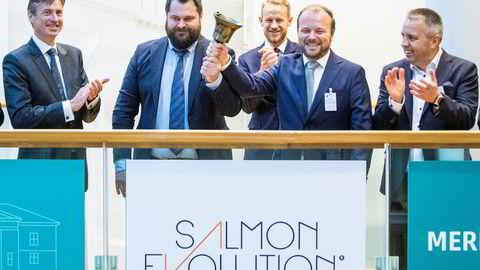 Børsdirektør Øivind Amundsen, helt til venstre, var tidligere sjef for avdelingen for førstehåndsmarkedet ved Oslo Børs. Her fra noteringen av det landbaserte lakseselskapet Salmon Evolution 18. september.