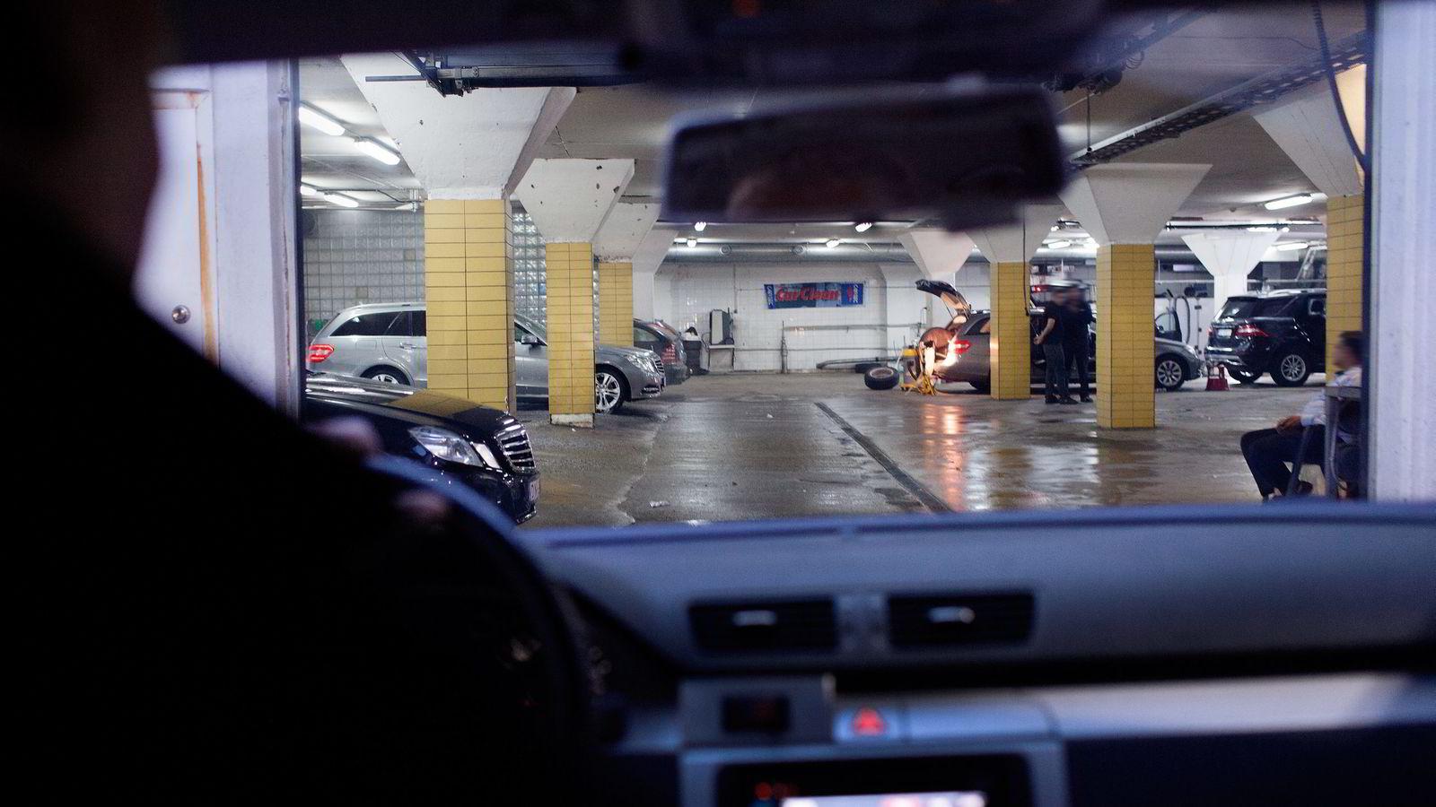SJOKKEFFEKT. Stemningen i bilvaskehallen på Ensjø snur umiddelbart idet Arbeidstilsynet og politiet kjører inn porten. Bare noen uker etter forrige kontroll blir tre av seks vaskere bortvist fra stedet. Alle foto: Brian Cliff Olguin